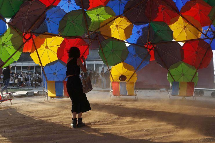 """El viento se lleva el sombrero de una visitante dentro la obra """"Solaroca do OPAVIVARÁ"""", durante una exhibición en Río de Janeiro (Brasil). ArtRío, la mayor plataforma de valorización del arte brasileño."""