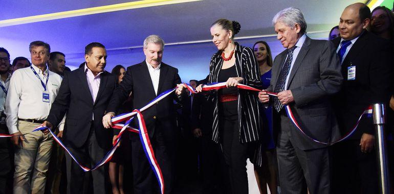 Liz Cramer y Miguel Carrizosa cortan la cinta inaugural y así dan oficialmente la apertura de la feria más importante de vehículos cero kilómetros.
