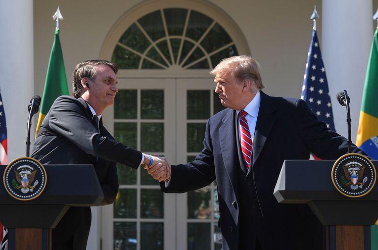 El presidente de EE.UU., Donald Trump (d) junto al gobernante de Brasil, Jair Bolsonaro.