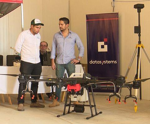 La novedad principal durante la jornada de campo en el Chaco fue la presentación del Dron para fumigación localizada, realizado por la firma Datasystems SAECA.