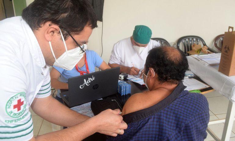 Una persona recibe la vacuna contra la influenza en el puesto habilitado en el Hospital Regional de Encarnación.
