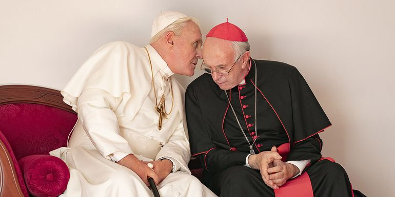 """Anthony Hopkins como Benedicto XVI y Jonathan Pryce como el papa Francisco en """"Los dos papas"""", la nueva película del cineasta brasileño Fernando Meirelles."""