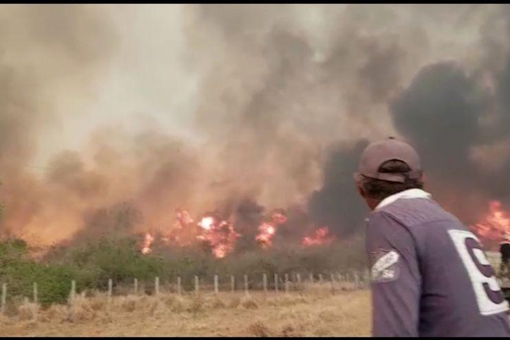 Personal de una estancia de la zona de Chovoreca observa el avance de incendio.