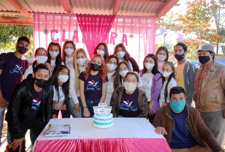 Los jóvenes de JuvenSur junto con las chicas que realizaron el curso intensivo de manicura y pedicura.