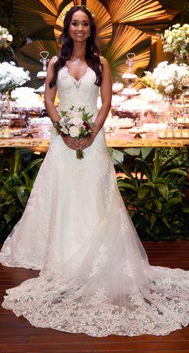 El vestido es de Morilee by Madeline Gardner de Estados Unidos, el tocado y el ramo son de Floreale by Sofía Oddone.