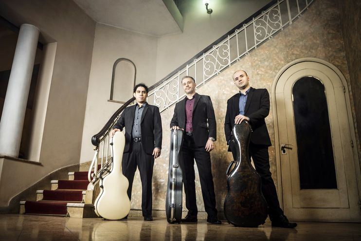 Álvaro Gavilán, Osvaldo Loup y Lázaro Barni celebran el legado de Mangoré en un álbum con piezas de guitarra solista.