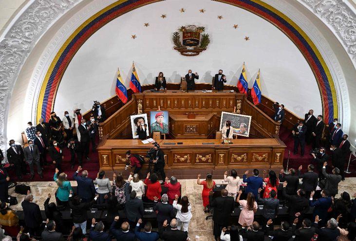 """El chavismo conformó una nueva """"Asamblea Nacional"""" en unas votaciones sin las más mínimas garantías democráticas."""