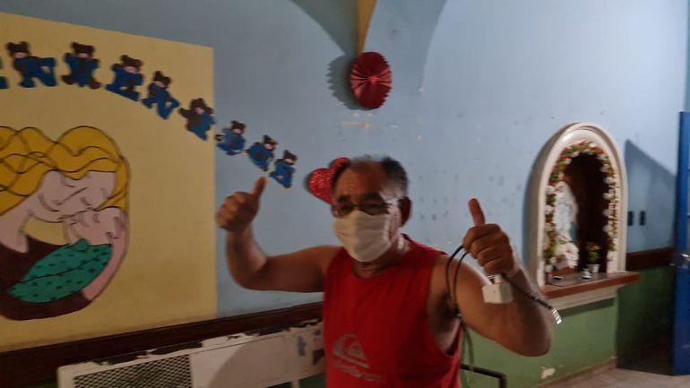 Don Joel Oviedo, tiempo atrás celebrando el alta de su hermano. Hoy, estando él internado, debe lamentar la muerte de su madre.