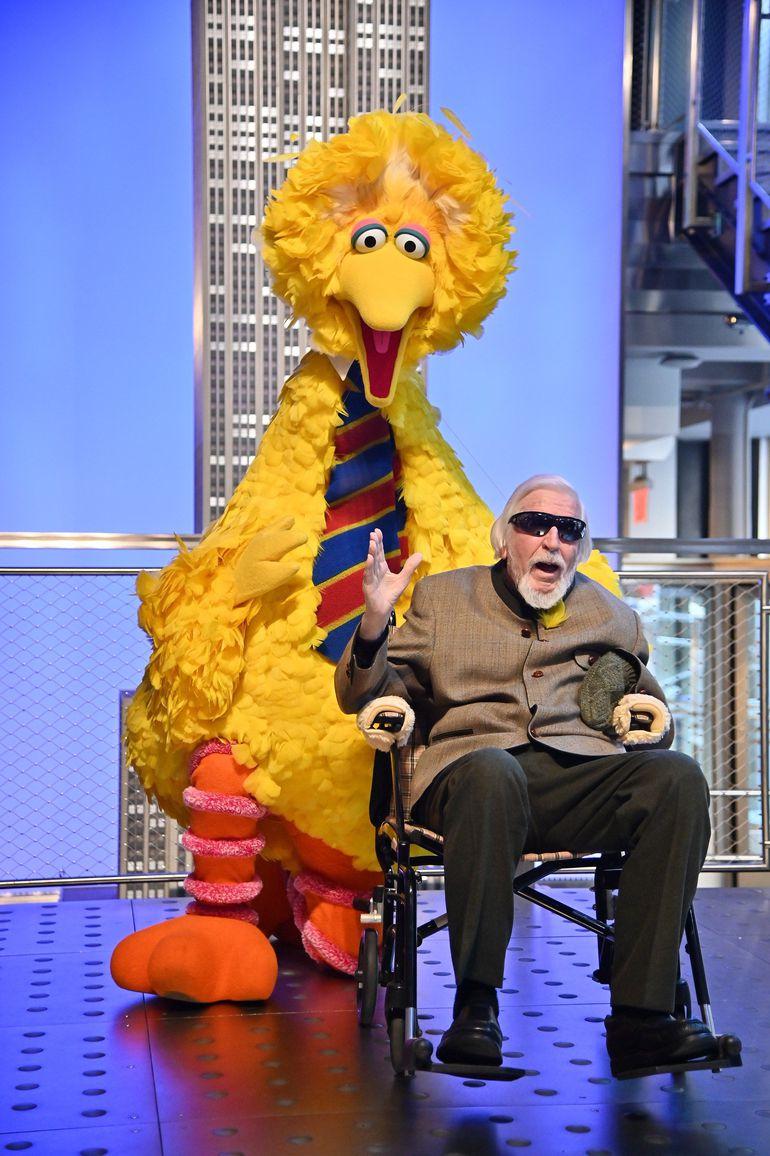 """El titiritero Caroll Spinney junto a una marioneta de Big Bird, uno de los personajes centrales de """"Plaza Sésamo"""", en un evento en Nueva York."""
