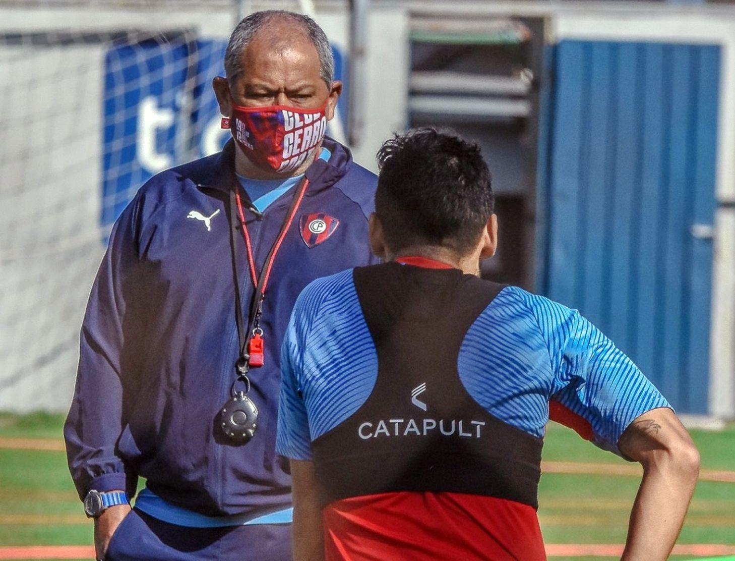 El entrenador Francisco Arce charlando con Federico Carrizo, en la práctica de Cerro Porteño.