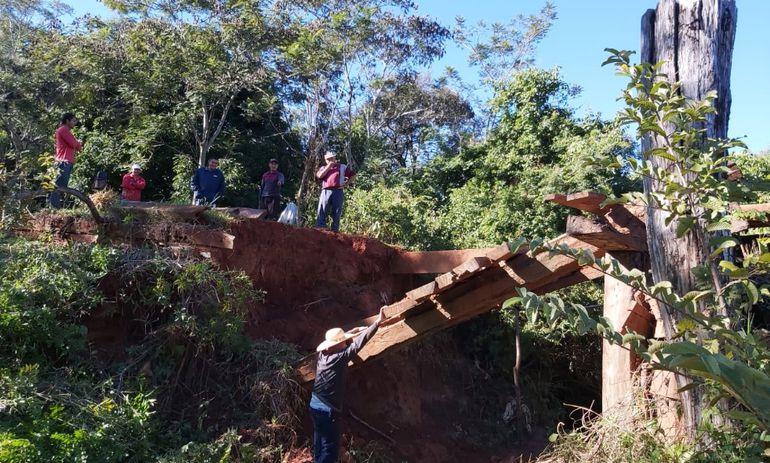 El precario  puente de madera que une las compañías Potrero San José y Rubio Ñu se desplomó hace más de un año.