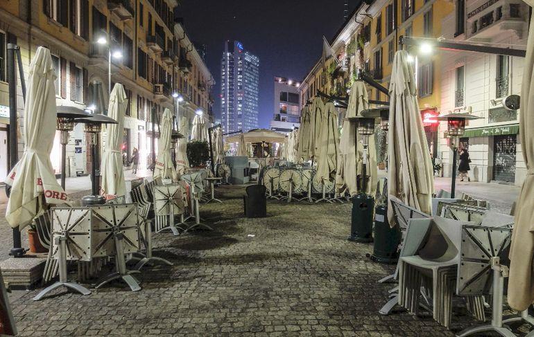 El centro de Milán se muestra desértico, al igual que otras ciudades de Europa, durante la segunda ola de la pandemia.