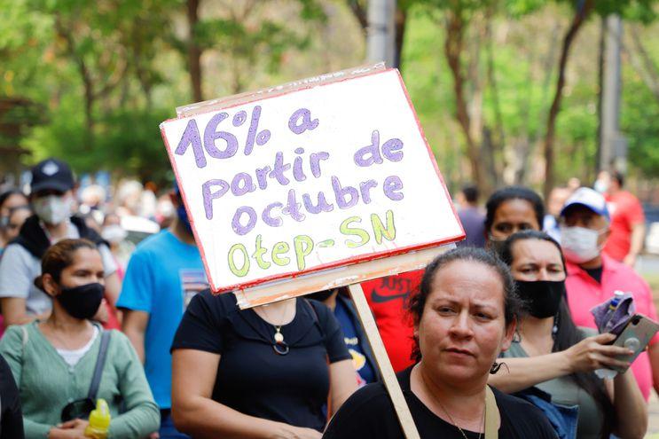 Centenares de docentes se manifestan desde hace una semana en demanda de un aumento salarial.