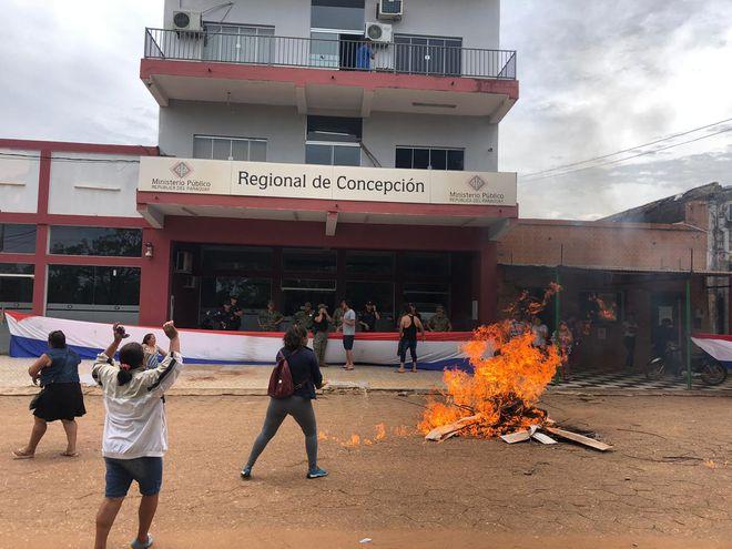 Manifestación frente a la Fiscalía de Concepción en defensa de comunicador acusado de supuesto abuso a menor.