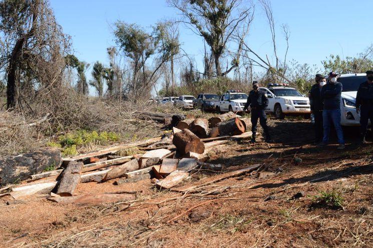 La comitiva integrada por agentes fiscales, Infona, Mades y la policía nacional constató la tala de árboles y cambio de uso de suelo durante una intervención en la zona de reserva para parque San Rafael.