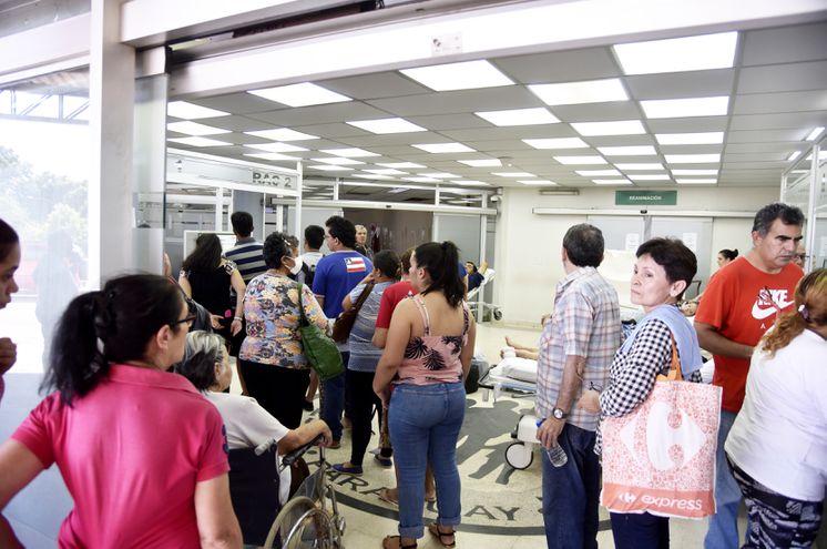 El sector de Urgencias del  hospital Central de IPS está colapsado de pacientes, en su gran mayoría para consultas por fiebre y dolor de huesos, síntomas  del dengue.