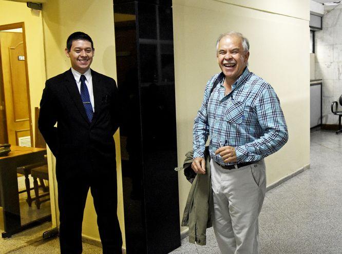 Walter Bower junto a un guardia, en el Palacio de Justicia.