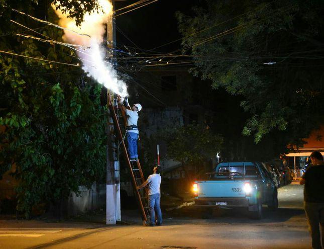 Funcionarios de la ANDE proceden a sofocar el fuego con un extintor. El inconveniente se registró sobre la calle Herminio Giménez, cerca del Hospital de Trauma.
