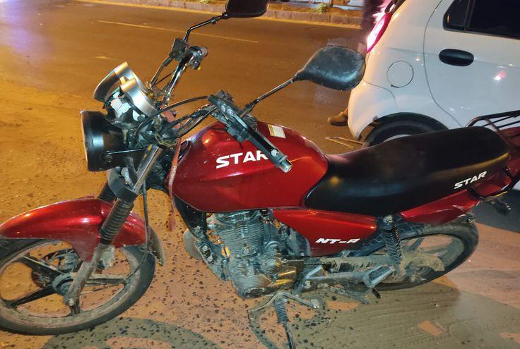 La moto que fue embestida por el automóvil mercedes esta madrugada.