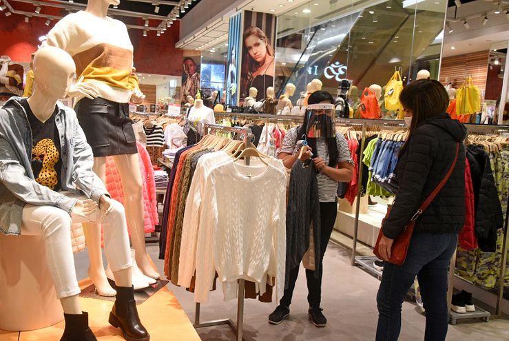 Las tiendas de los centros comerciales aplican protocolos sanitarios para disminuir posibilidades de contagios del coronavirus.