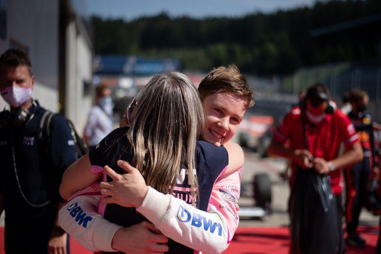 Joshua Duerksen festeja junto a su madre después de la victoria en la primera carrera de la tercera jornada del campeonato italiano de Fórmula 4.