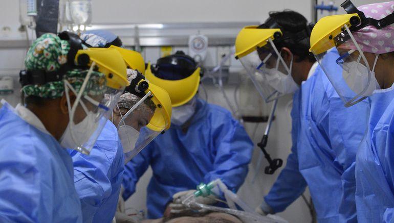 Un equipo de profesionales, en el que todos son igual de importantes, asiste a los pacientes con covid-19 en la UTI del Ineram.