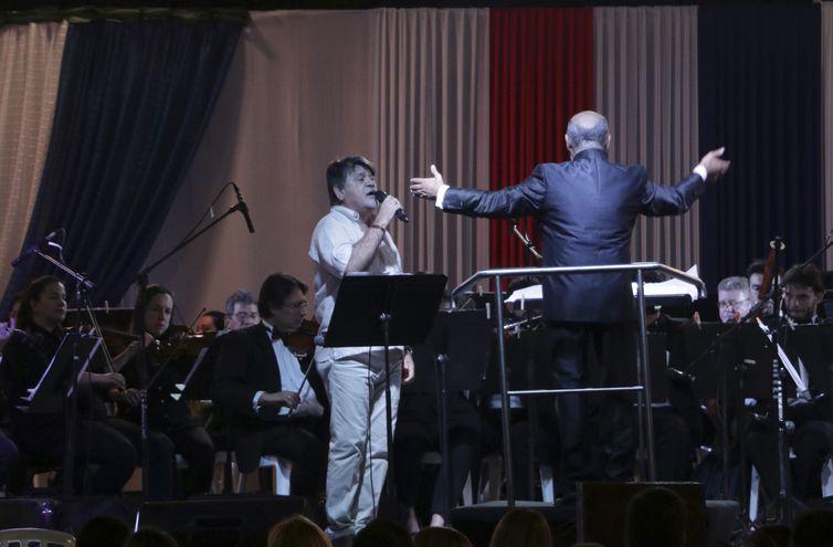 Ricardo Flecha y la Orquesta Sinfónica Nacional dirigidos por Dos Santos.