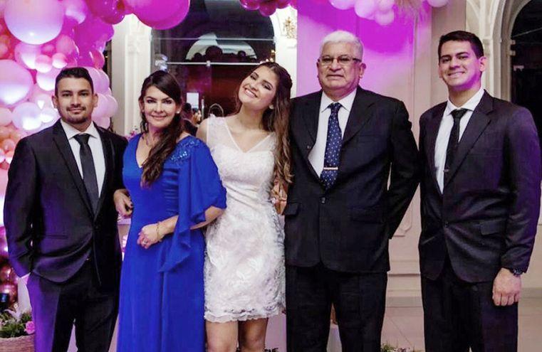 En la foto aparecen la quinceañera con sus padres Wilma Piris de Ruiz y Juan Carlos Ruiz Correa, y sus hermanos Ulisses Iván y Nicolás Ruiz Piris.