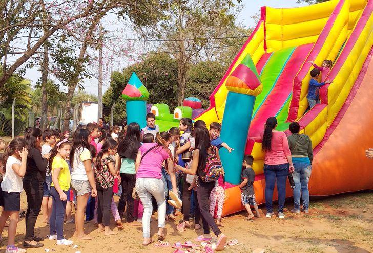 Hubo tobogán gigante y mucha diversión para más de 600 niños. Jóvenes disfrazados de superhéroes animaron la fiesta.
