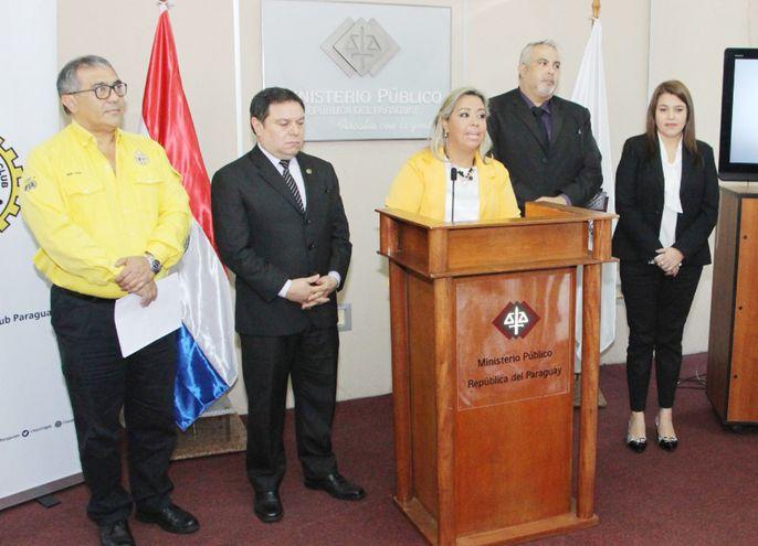 Los fiscales Augusto Salas, Alba Rocío Cantero, Jorge Sosa, Carina Sánchez  y el Dr. Nery Silva del Touring, en conferencia de prensa ayer al mediodía.