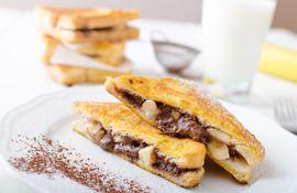 Tostadas a la francesa con banana y chocolate.