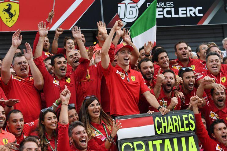 El equipo Ferrari celebró a lo grande el triunfo del joven piloto monegasco Charles Leclerc, tras una sequía de victorias en Monza desde 2010.