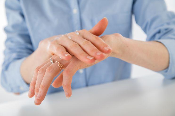 Una limpieza excesiva de la piel puede perjudicar el manto hidrolipídico, ligeramente ácido, que mantiene la flexibilidad cutánea.