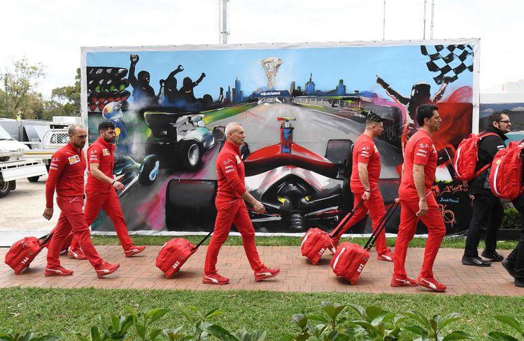 Integrantes del equipo Ferrari abandonan Melbourne tras la suspensión del Gran Premio.