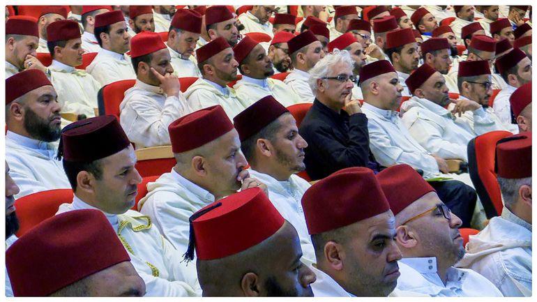 """Lleno de paradojas y contradicciones, Marruecos trata de abrazar la modernidad sin olvidar el pasado, de imitar a las democracias occidentales pero preservando parte de un sistema político arcaico y de acercarse al laicismo desde la fuerte tradición musulmana. El reino alaui conserva, en el siglo XXI, esa idiosincrasia que le mantiene equidistante entre Occidente y Oriente Medio, pero que provoca """"extrañeza"""" y perplejidad en el extranjero, asegura en una entrevista con Efe el periodista español Javier Otazu (c, camisa negra), autor de """"Marruecos, el extraño vecino"""" (Editorial La Catarata)."""