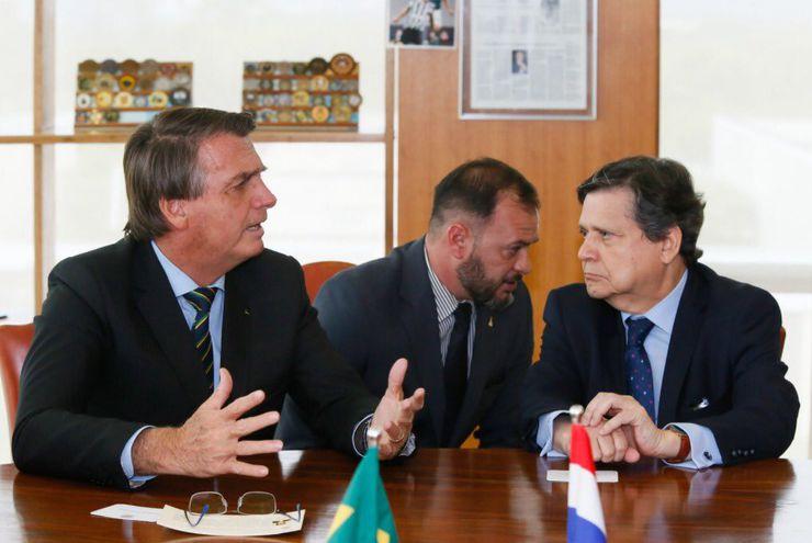Sin tapabocas. El presidente Brasileño Jair Bolsonaro conversa con el canciller nacional Euclides Acevedo.