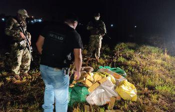 Unos 216 kilos de marihuana fueron incautados a 200 metros del río Paraguay, en Villeta.