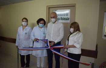 La cinta inaugural fue desatada aprovechando la visita del ministro de Salud, Dr. Julio Mazzoleni, quien estuvo por el hospital para dar inicio oficial a la vacunación contra el SARS CoV-2.
