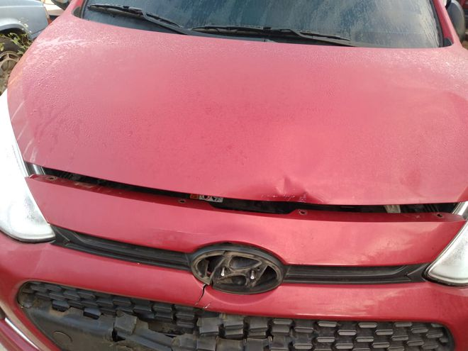 Con severos daños quedó el Hyundai de la pareja.