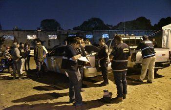 Agentes policiales en pleno  procedimiento en el lugar donde fue asesinado el menor.