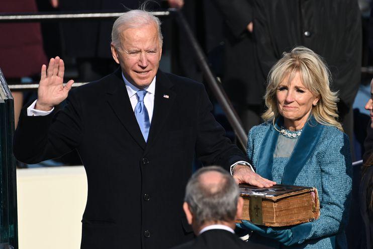 Joe Biden, con una mano posada sobre una Biblia sostenida por su esposa Jill Biden, jura como el nuevo presidente de los Estados Unidos, este miércoles en Washington.