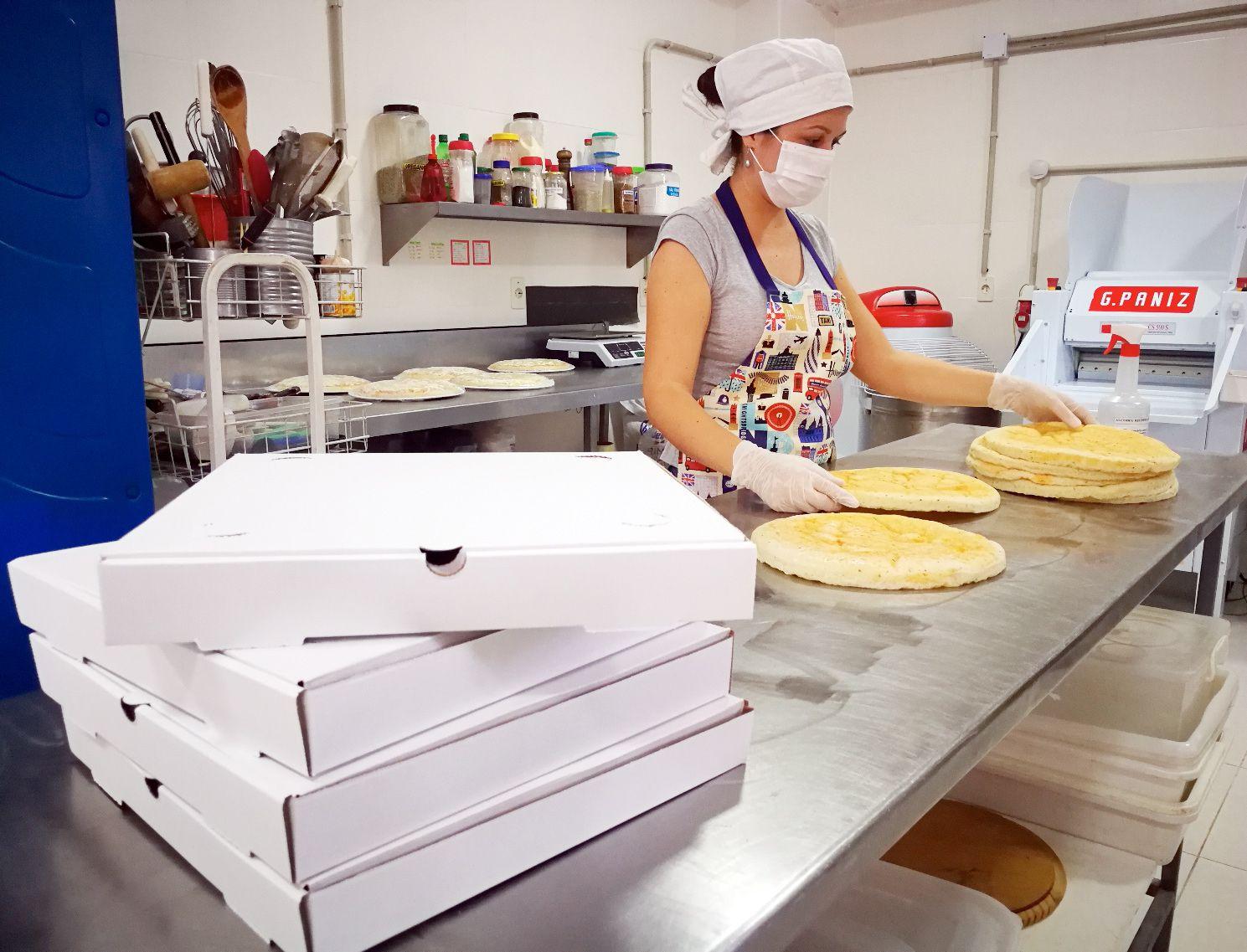 """Hornear pizzas congeladas es la propuesta de """"La Cocina de Tío Carlitos"""", que da la oportunidad de comerlas calientes, recién salido del horno del hogar. Similar propuesta ofrece """"Delibebé""""."""