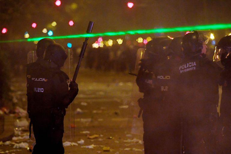 Policías antidisturbios se enfrentan a manifestantes en Barcelona, el pasado miércoles por la noche.