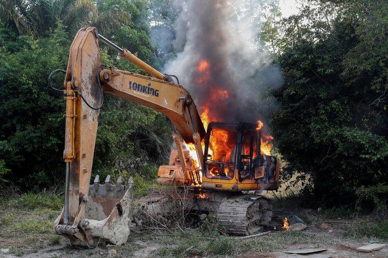 Un tractor confiscado es destruido por agentes medioambientales y miembros de la Policía Federal, durante una operación donde desarticularon dos minas de oro ilegales próximas a los márgenes del río Xingú, a unos 70 kilómetros de la ciudad amazónica de Altamira (norte), el municipio más grande de Brasil en extensión y el segundo más violento del país.