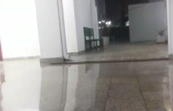 Agua hasta los tobillos dentro del hospital de Villa Hayes