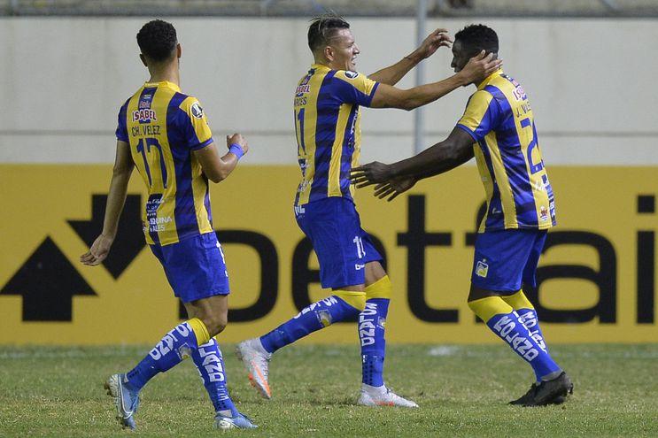 Jugadores de Delfín festejan uno de los goles.