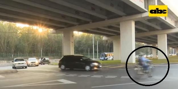 Motociclista cruza la rotonda de forma imprudente