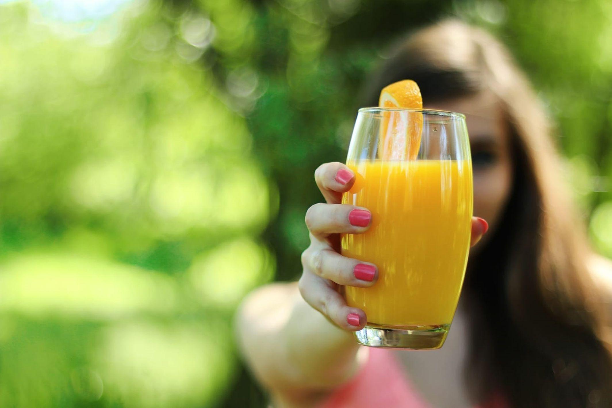 El jugo de naranja con jenjibre y agregados ayuda a combatir la gripe. Foto: Pixabay.