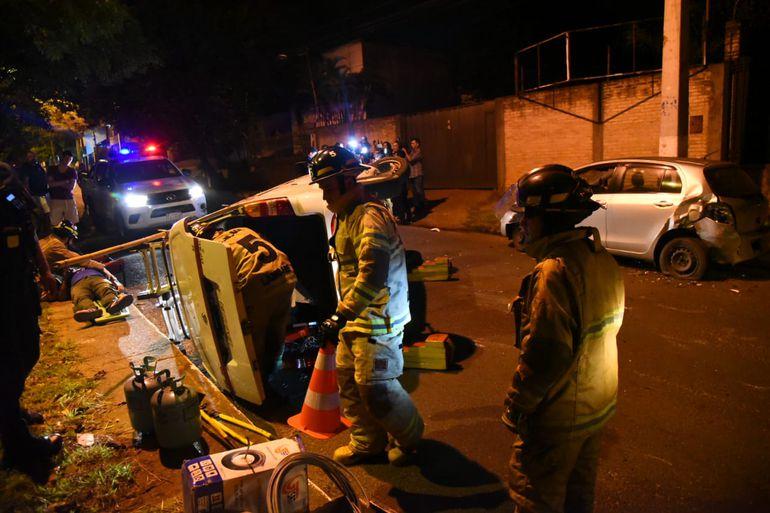 El furgón iba cargados con escaleras y otros aparentes elementos de trabajo. De fondo, se observa el otro automóvil chocado, con la parte trasera abollada.