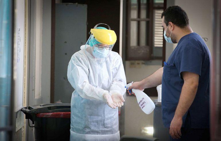 Una enfermera desinfecta sus manos en el área de UTI, en Rivera, Uruguay.